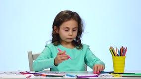 孩子开始画他的用不同的铅笔的图画 关闭 慢的行动 影视素材
