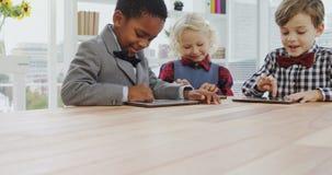孩子当使用数字式片剂4k的商业主管 股票视频