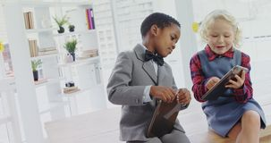 孩子当商业主管谈论在数字式片剂4k 股票录像