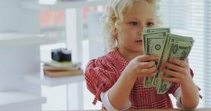 孩子当计数货币笔记4k的商业主管 股票录像