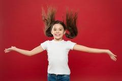 孩子微笑的逗人喜爱的面孔活无忧无虑的幸福生活 享受每片刻 新和自由 有长发的愉快的儿童女孩  库存图片