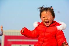 孩子愉快地长大在阳光下 免版税库存图片