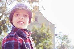 孩子愉快的微笑画象后面光 库存照片