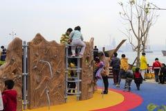 孩子戏剧在儿童的游乐场 免版税库存图片