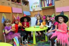 孩子戏剧在幼儿园为万圣夜 免版税库存图片