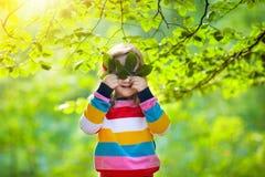 孩子戏剧在秋天公园 图库摄影