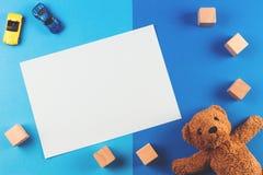 孩子戏弄与玩具熊、汽车和木块的背景 免版税库存照片