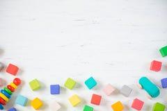 孩子戏弄框架木块,汽车,在白色木背景的pyramidion 顶视图 复制文本的空间 图库摄影