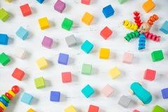 孩子戏弄框架木块,章鱼,汽车,在白色背景的pyramidion 顶视图 平的位置 免版税库存图片