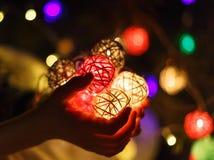 孩子手在家拿着一本球诗歌选圣诞节或新年在光背景 新年和圣诞节庆祝, 免版税库存照片