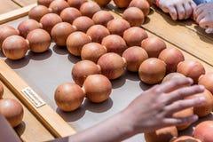 孩子打一场传统土耳其木难题比赛 免版税图库摄影