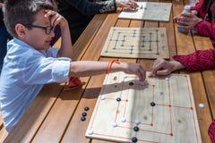孩子打一场传统土耳其木难题比赛 免版税库存图片
