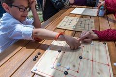 孩子打一场传统土耳其木难题比赛 库存照片