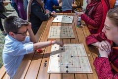 孩子打一场传统土耳其木难题比赛 库存图片