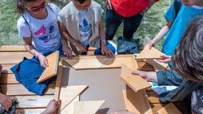 孩子打一场传统土耳其木难题比赛 免版税库存照片