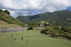 孩子打在圣基茨希尔海岛上的墙网球  库存照片