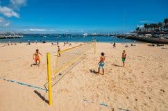 孩子打沙滩排球在普腊亚da Ribeira,卡斯卡伊斯 在火车站附近的亲密海滩和受游人欢迎 免版税库存照片