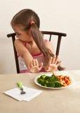 孩子拒绝吃硬花甘蓝用肉 免版税库存图片