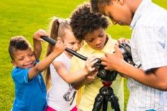 孩子拿着一台照相机 库存图片