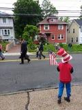 孩子拿着一面美国国旗,阵亡将士纪念日游行,美国 库存图片