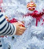 孩子拿着圣诞节红色球 免版税图库摄影
