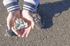孩子拿着硬币和欧元笔记在他的手上 零花钱图象 免版税库存照片