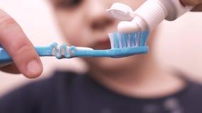 孩子挤在牙刷的牙膏 股票录像