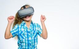 孩子探索现代技术虚拟现实 学校学生的真正教育 有登上的头的女孩逗人喜爱的孩子 库存图片