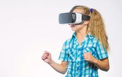 孩子探索现代技术虚拟现实 r 逗人喜爱的女孩 库存图片
