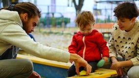 孩子接触沙子小雕象用他的手 特写镜头 女孩充当沙盒 股票视频