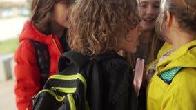 孩子推挤女孩,尖叫在她的面孔,打破玻璃 在学校少年的Bulling 残酷行为 影视素材
