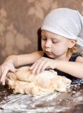 孩子揉在方巾的面团 库存图片