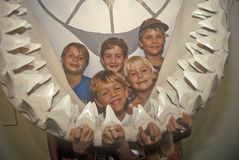 孩子摆在与海洋哺乳动物在壳工厂,迈尔斯堡,佛罗里达的巨型下颌 库存照片