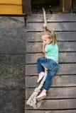 孩子攀登绳索 免版税图库摄影