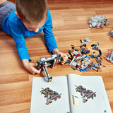 孩子收集塑料玩具大厦成套工具 免版税图库摄影