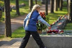 孩子放花在无名英雄墓 图库摄影