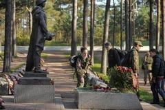 孩子放花在无名英雄墓 免版税图库摄影