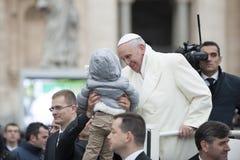 孩子教皇弗朗西斯和 库存照片