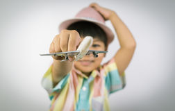 孩子旅客拿着一架玩具飞机准备好旅行 图库摄影
