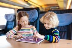 孩子旅行乘火车 与孩子的铁路旅行 免版税库存图片