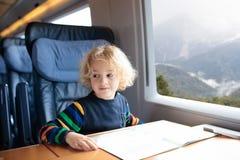 孩子旅行乘火车 与孩子的铁路旅行 免版税图库摄影