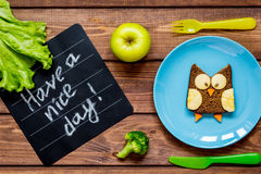 孩子早餐猫头鹰形状的三明治玩得高兴 免版税库存照片