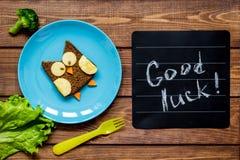 孩子早餐猫头鹰被塑造的三明治有好运 免版税库存图片