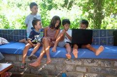 孩子是在计算机上 免版税库存照片