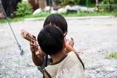 孩子是学会摄影的乐趣 免版税库存图片