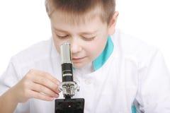 孩子显微镜调整 免版税库存图片