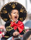 孩子显示他的游行的enthusiam 库存照片