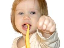 孩子显示有拇指的拳头在中部和食指之间 免版税图库摄影