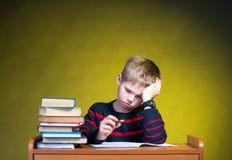 孩子有学习困难。做家庭作业。 免版税库存图片