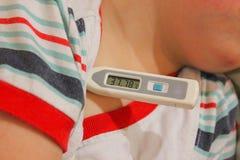 孩子有热病 温度计展示37 7 儿童fel 免版税库存照片
